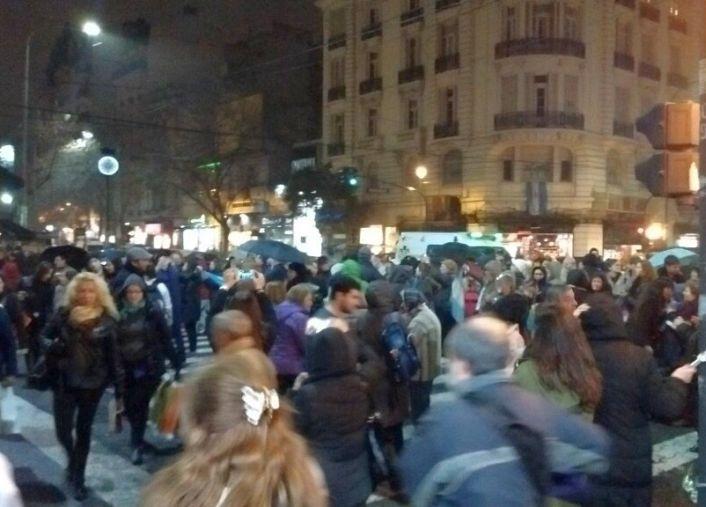 {altText(La protesta del #14J en el barrio porteño Caballito.,El cacerolazo contra el tarifazo se hizo sentir en todo el país)}