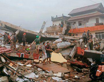 Fuerte sismo golpeó Indonesia: más de 40 muertos y cientos de desaparecidos