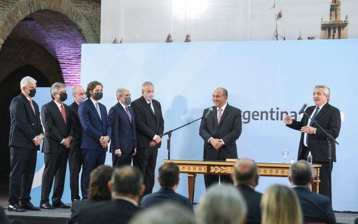 Alberto Fernández tomó juramento a sus nuevos ministros: La solución no está en dividirnos.
