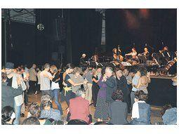 La formación tanguera que dirige Juan José Mosalini hizo bailar a franceses y argentinos en el Centro Cultural Cent Quatre de París, donde se recrearon olvidadas partituras de Piazzolla.