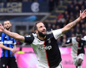 Gonzalo Higuaín dejó la cuarentena de Juventus por la salud de su madre.