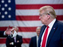 El presidente Trump durante una visita a una fábrica de barbijos, cuando aún se negaba a usarlos.