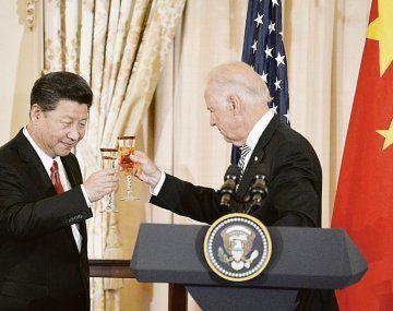 VIEJOS TIEMPOS. El entonces vicepresidente de Estados Unidos, Joe Biden, y el ya entonces jefe de Estado chino, Xi Jinping, durante un encuentro en Washington en 2015. Seis años después, la pelea por la hegemonía con Pekín no hace más que crecer.