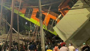 tragedia en mexico: colapso un puente, cayo un tren y hay mas de 20 muertos