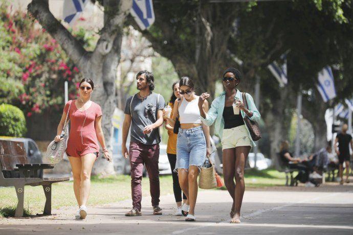 EN LIBERTAD. Un grupo de jóvenes paseaba ayer por Tel Aviv sin necesidad de usar barbijo en espacios abiertos. Vuelve el turismo. Con elevado nivel de vacunación
