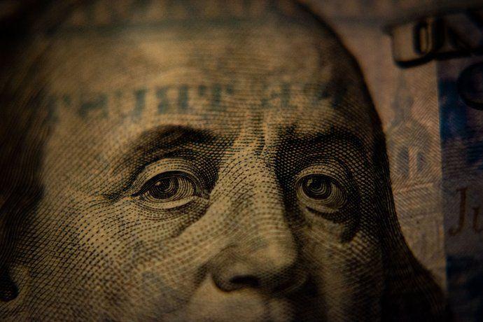 Los analistas consultados afirman que el dólar oficial se mantendrá en niveles estables mientras que el dólar blue, producto del clima electoral tendrá fluctuaciones pero sin mayores complicaciones.
