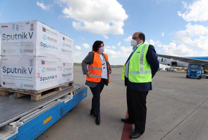 La ministra de Salud Carla Vizzotti recibió un nuevo cargamento de vacunas.