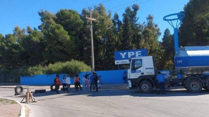Los trabajadores de la salud autoconvocados interrumpen el paso de camiones con combustibles a la salida de la refinadora de YPF en Plaza Huincul.