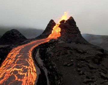 Un dron logró impactantes imágenes de la erupción.