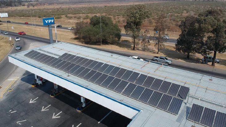 En el oeste de la capital cordobesa una estación de servicio de YPF instaló 60 paneles solares de 330 Wp de potencia cada uno para generación distribuida de energía.