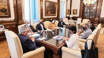 Alberto Fernández se reunió con ministros para analizar la posibilidad de implementar un monotributo para trabajadores de la economía popular.