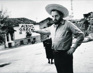 """Alberto Greco. Fotografía del artista en Piedralaves, 1963, que se expone en la muestra """"¡Qué grande sos!"""""""