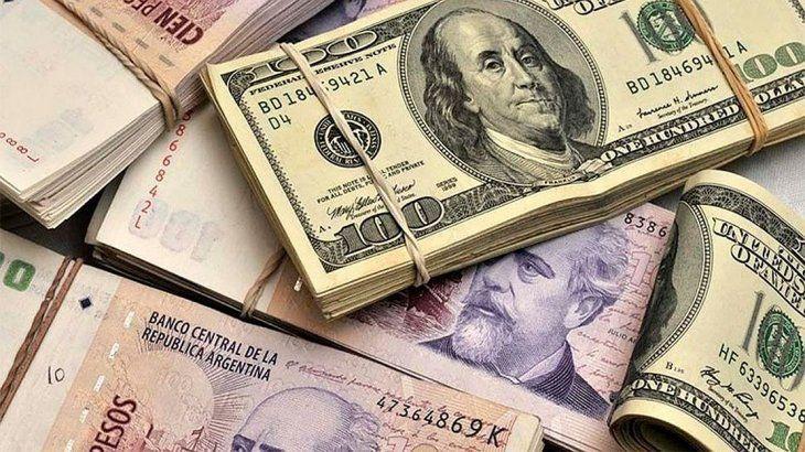 La gente se desprende de los pesos y persigue los dólares.