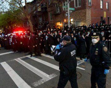 La policía de Nueva York dispersó un masivo funeral de un rabino que violó el confinamiento.