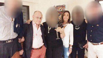 """coincidencias. La publicación en Facebook de Silvia Traverso (Aduanas actual) y su """"amigo"""" Jorge Faurie y la coincidencia de lotes de Fabricaciones Militares con los documentos de compra de Patricia Bullrich."""