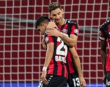 Lucas Alario abraza a Exequiel Palacios en el primer gol de Bayer Leverkusen que ganó en la Europa League.