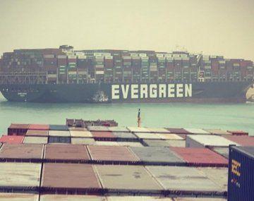 El buque Even Given, atravesado en el canal de Suez.