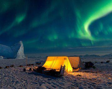 El campamento en el Ártico, iluminado por las auroras boreales.