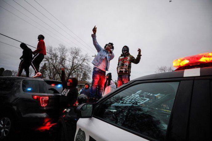 Cientos de manifestantes protestaron contra la policía de Minneapolis por la muerte de Daunte Wright.