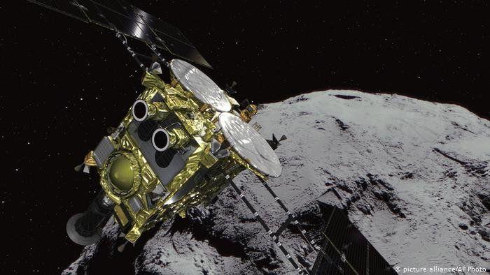 Esta nave del tamaño de un frigorífico, lanzada en diciembre de 2014, logró posarse sobre un asteroide a unos 300 millones de kilómetros de la Tierra y recoger materiales.