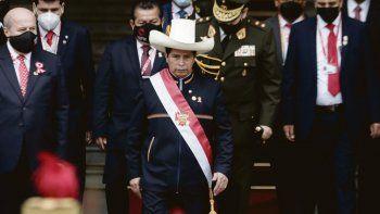 QUIEBRE. El exmaestro rural Pedro Castillo juró a su cargo en Lima ataviado con un traje tradicional y sombrero.