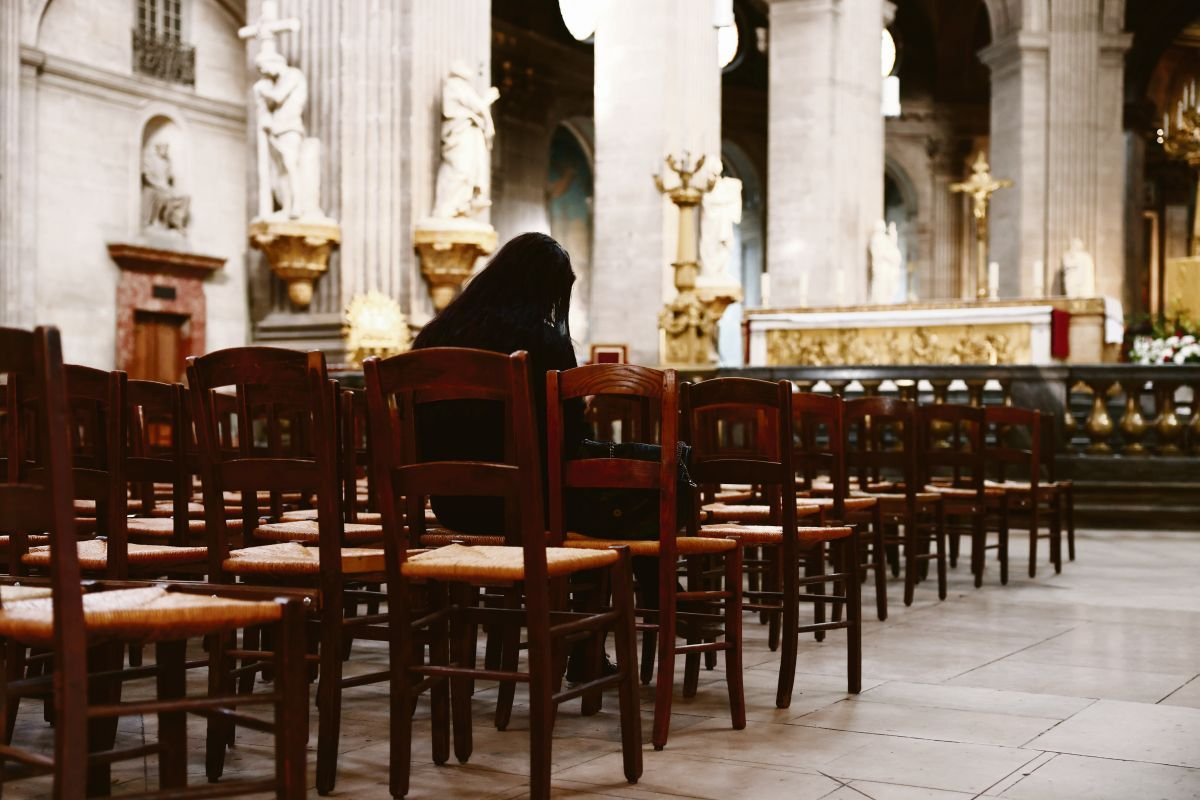 impacto. Una mujer reza en una Iglesia de París. Las revelaciones publicadas ayer se suman a otras similares conocidas en los últimos años en Estados Unidos, Chile y Argentina.