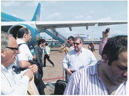 Un grupo de empresarios embarca en la escala de Ushuaia en el Airbus 340 fletado por el Gobierno para llevarlos a Vietnam. Hoy empiezan las reuniones de negocios.