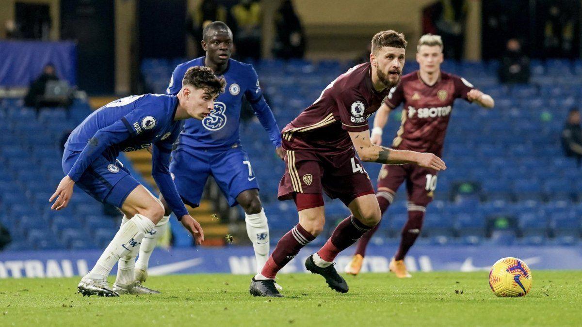 Leeds no pudo sostener la ventaja ante Chelsea, que es puntero