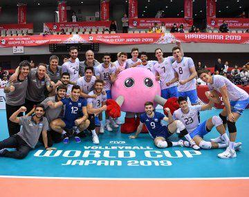 El plantel y el cuerpo técnico del seleccionado argentino festejan el triunfo ante Australia y la obtención del quinto puesto en Japón.