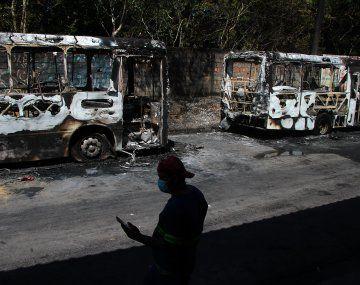 Colectivos quemados en las calles de Manaos.