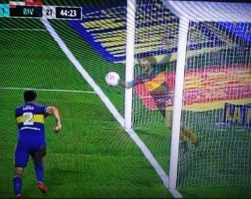 La sacó Maradona: los memes de la jugada donde Boca se salvó milagrosamente