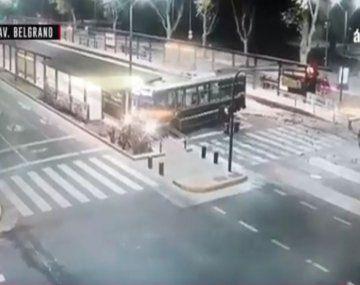 Impresionante choque entre un colectivo y un auto: conductor estaba alcoholizado