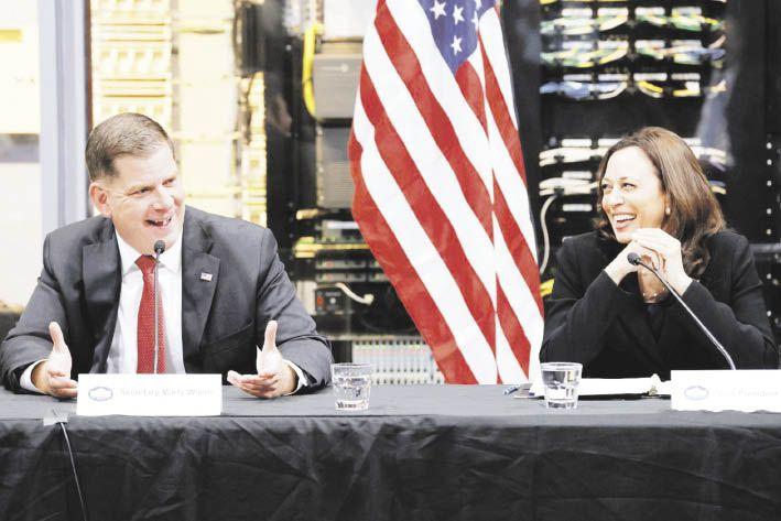 EN LA AGENDA. La vicepresidenta de Estados Unidos, Kamala Harris, y el secretario de Trabajo, Marty Walsh, participaron en una mesa de discusión sobre la compleja situación laboral en el país.