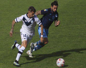 Vélez Sarsfield y Racing Club juegan en el estadio José Amalfitani en un encuentro válido por los cuartos de final de la Copa Liga Profesional.