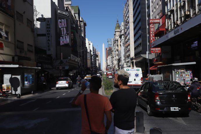 La Avenida Corrientes desde Callao hasta Libertad cambió su fisonomía. Después de las 19 horas dos de sus carriles se hacen peatonal hasta las 2 de la mañana.
