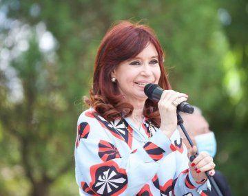 La vicepresidenta Cristina Fernández aseguró que hay que volver a retomar un modelo de producción y empleo y advirtió que no hay plata para pagar lo que el FMI pide.