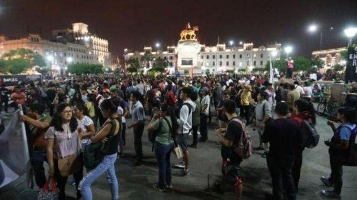 Miles de peruanos se lanzaron a las calles de Lima en defensa de Martín Vizcarra.