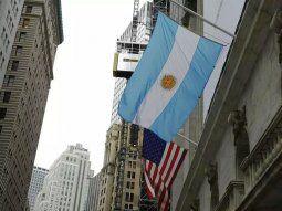 Los activos argentinos se movían al alza este lunes dentro de un clima más tranquilo de negocios.