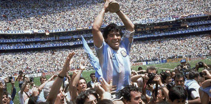 Con Argentina jugó cuatro mundiales conquistando el subcampeonato de Italia 1990 y el campeonato de México 1986