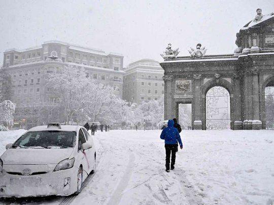 Histórica tormenta de nieve paraliza a España: hay cientos de  automovilistas bloqueados y cerró el aeropuerto