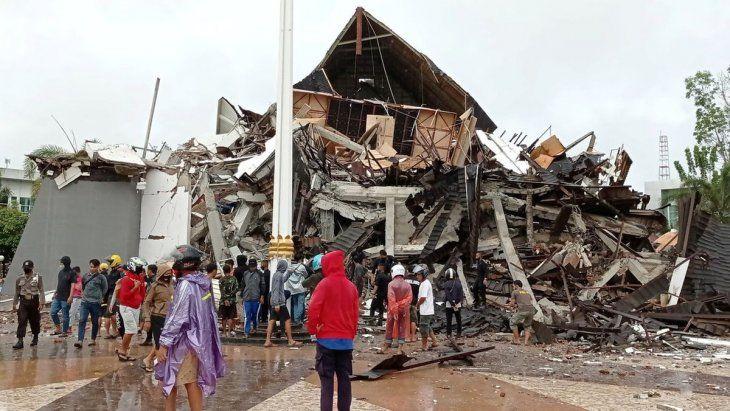 Tras el sismo en Indonesia, un hospital y varios edificios quedaron totalmente destruidos.