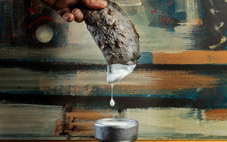 Mil  y Pico- empanada de mariscos (con tinta de calamar)
