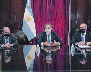 Impulso. Hecker, Frigerio y Perotti, ayer durante la firma del convenio para la asistencia financiera.