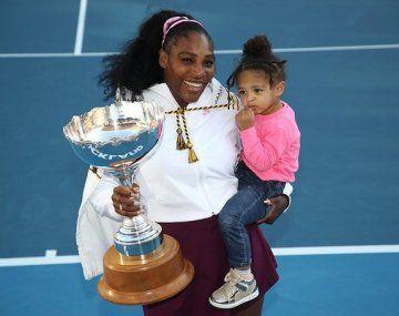 La estadounidense Serena Williams posa con su trofeo de Auckland junto a su primogénita Alexis Olympia Ohanian.