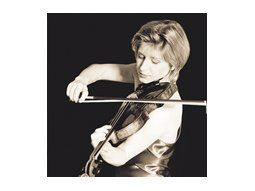 Katrin Scholz dirige con autoridad una orquesta que se caracteriza por una efervescencia que no cae en la desmesura por la limpieza técnica de cada uno de sus integrantes.