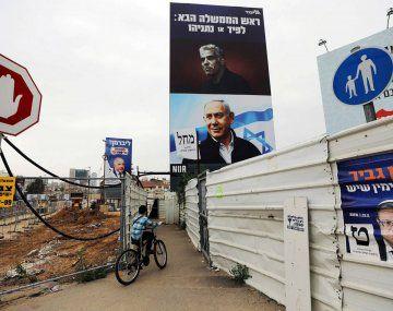 Carteles electorales de Benjamín Netanyahu y Yapir Lapid.