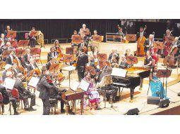 """ABARCADOR. La Sinfónica con los solistas que interpretaron la algo reiterativa cantata """"Las voces del silencio""""."""