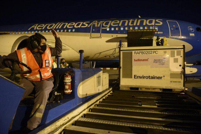 Llegó desde China el primero de los tres aviones que traerán un millón de vacunas