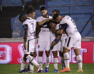 Gimnasia no tuvo piedad de Dock Sud y lo goleó 5 a 0 en la Copa Argentina.