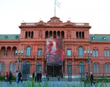Despliegan gigantografía de Justina Lo Cane en la fachada de Casa Rosada